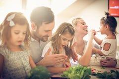 Het leren hoe te met mum en papa te koken royalty-vrije stock foto's