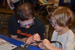 Het leren hoe te om in Ann Arbor minimaker Faire te solderen royalty-vrije stock foto's