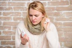 Het leren hoe te om het te gebruiken Het lijden aan astma of allergisch Rhinitis Leuke vrouw die neuskoude of allergie verzorgen  royalty-vrije stock afbeeldingen