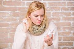 Het leren hoe te om het te gebruiken Het lijden aan astma of allergisch Rhinitis Leuke vrouw die neuskoude of allergie verzorgen  royalty-vrije stock afbeelding