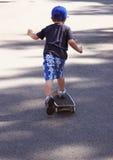 Het leren met een skateboard te rijden Stock Foto's