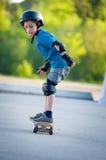Het leren met een skateboard te rijden royalty-vrije stock afbeeldingen