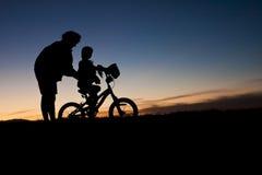 Het leren om de fiets van A te berijden Stock Fotografie