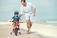 Het leren om een fiets te berijden Royalty-vrije Stock Afbeeldingen