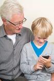 Het leren om een smartphone te gebruiken Royalty-vrije Stock Afbeeldingen