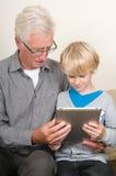Het leren om een tabletPC te gebruiken Stock Fotografie