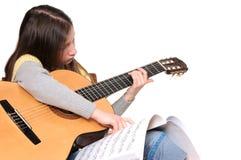 Het leren om gitaar te spelen Stock Foto's