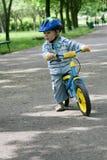 Het leren om op een eerste fiets te berijden Stock Foto