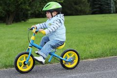 Het leren om op een eerste fiets te berijden stock fotografie