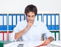 Het leren Spaanse kerel op kantoor Royalty-vrije Stock Afbeeldingen