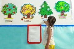 Het leren van de seizoenen met stickers bij schoolmuur Royalty-vrije Stock Afbeeldingen