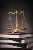 Het leren wetsconcept, gouden schaal op een stapel van boeken Stock Afbeeldingen