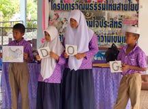 Het lerende Engels in een Moslimgesubsidieerde lage school in Thailand Royalty-vrije Stock Foto's