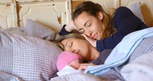 Het lesbische paar ontspannen met hun babyjongen in slaapkamer 4k stock videobeelden
