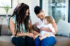 Het lesbische paar spelen met hun baby Royalty-vrije Stock Afbeelding