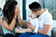 Het lesbische paar spelen met hun baby Stock Fotografie