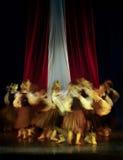 Het Letse jonge geitjes dansen royalty-vrije stock fotografie