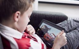 Het letten op auto'sfilm op iPad Royalty-vrije Stock Foto's