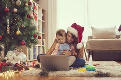 Het letten op beeldverhalen op Kerstmisochtend stock afbeeldingen