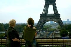 Het letten op Eiffel Toren Stock Foto's