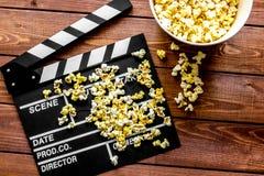 Het letten op film met popcorn op houten hoogste mening als achtergrond Royalty-vrije Stock Fotografie