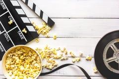 Het letten op film met popcorn op houten hoogste mening als achtergrond royalty-vrije stock afbeeldingen