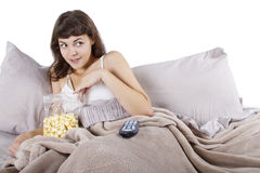 Het letten op Films in Bed royalty-vrije stock fotografie