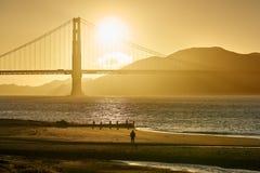 Het letten op Golden Gatezonsondergang stock afbeeldingen