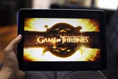 Het letten op Spel van Tronen in een tablet stock foto's