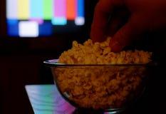 Het letten op televisie. Stock Afbeeldingen