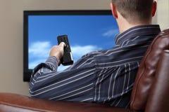 Het letten op televisie Stock Foto's
