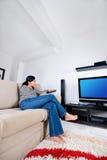 Het letten op televisie stock afbeeldingen