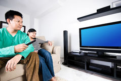 Het letten op televisie stock foto