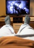 Het letten op televisie Stock Afbeelding