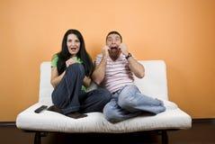 Het letten op TV een verschrikkingsfilm Stock Foto