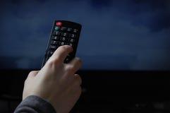 Het letten op TV met afstandsbediening Stock Afbeelding