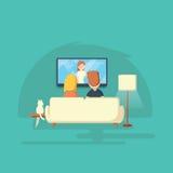 Het letten op TV thuis Man, vrouw en kat Stock Afbeelding