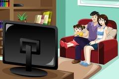 Het Letten op van de familie Televisie Stock Afbeelding