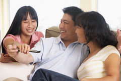 Het Letten op van de familie Televisie samen stock afbeelding