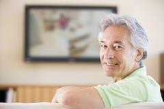 Het letten op van de mens televisie het glimlachen royalty-vrije stock foto