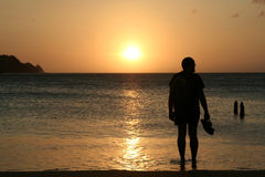 Het letten op van de mens zonsondergang royalty-vrije stock foto