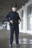 Het letten op van de politieagente bij station. Stock Afbeeldingen