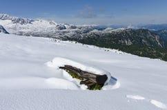Het letten op van de vrouw sneeuw behandelde bergen Royalty-vrije Stock Foto