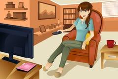 Het letten op van de vrouw televisie Stock Foto's