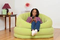 Het letten op van het kind film op celtelefoon Stock Foto