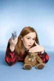 Het Letten op van het meisje Televisie stock fotografie