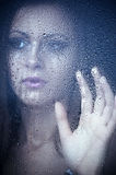 Het letten op van het meisje van rug door het venster Royalty-vrije Stock Fotografie