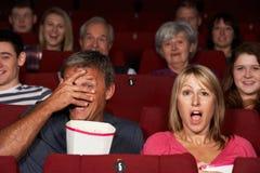 Het Letten op van het paar Film in Bioskoop Royalty-vrije Stock Foto