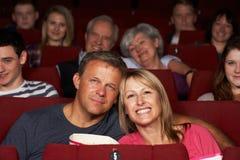Het Letten op van het paar Film in Bioskoop Stock Foto's