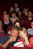 Het Letten op van het paar Film in Bioskoop royalty-vrije stock foto's